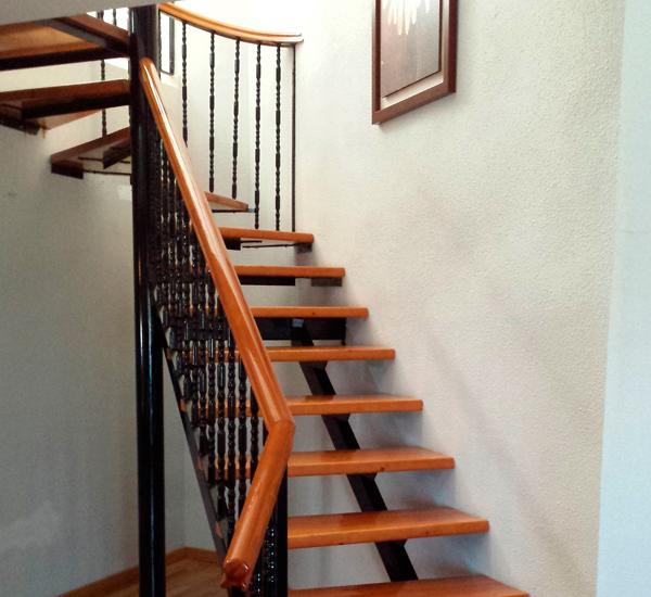 escalera renovada de madera