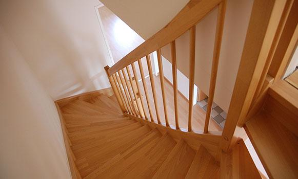 Cómo forrar peldaños de escalera con madera